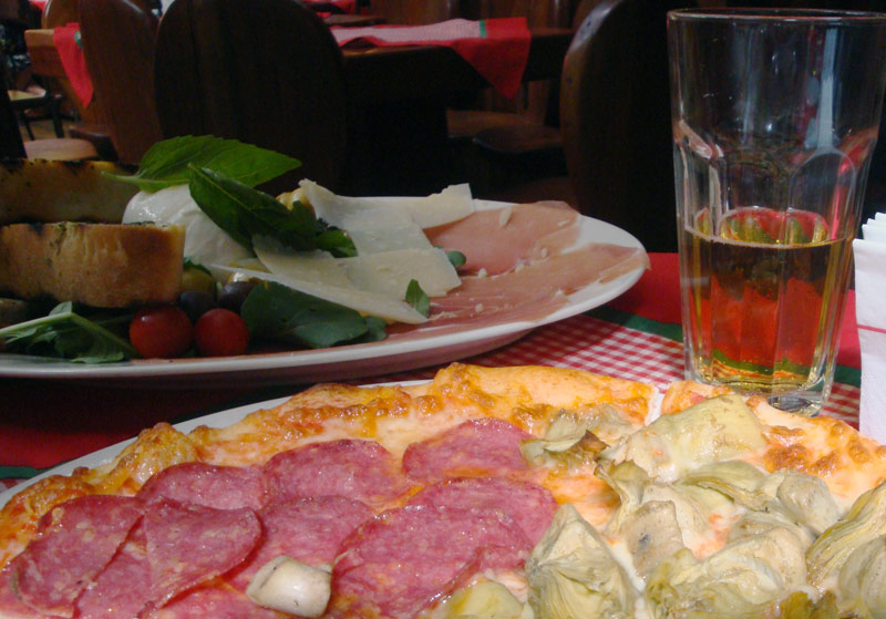 Image of Pizza and antipasto at Tiramisu in Santiago.
